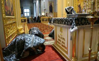 PÝTAJTE SA …  Zemné poklony v nedeľu zákazuju kanonické pravidlá, tak prečo ich robíme?