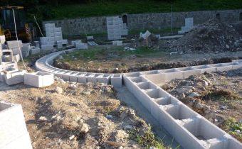 Práce na stavbe chrámu v Krompachoch